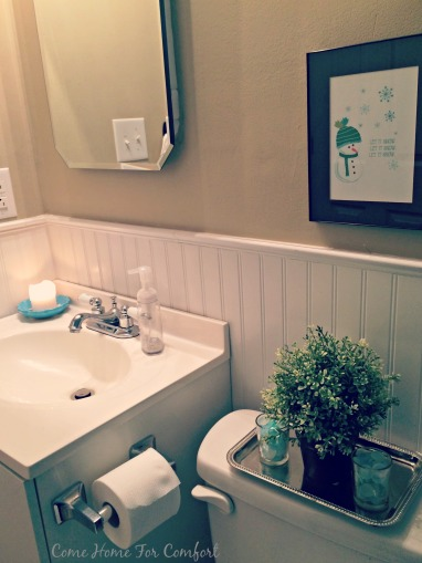 Winter decor for the bathroom via ComeHomeForComfort.com 2