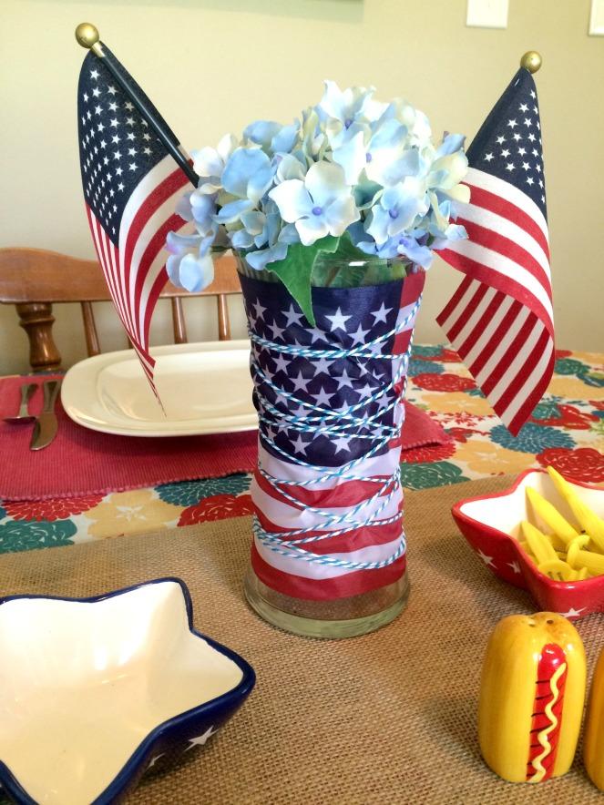 Patriotic Tablescape and DIY centerpiece via ComeHomeForComfort.com