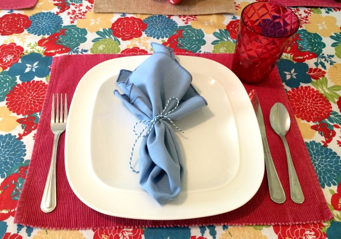 Patriotic Tablescape with additional napkin option via ComeHomeForComfort.com