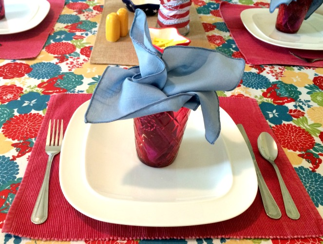 Patriotic Tablescape with casual place setting via ComeHomeForComfort.com