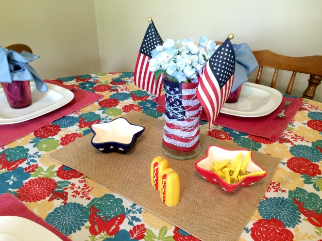 Patriotic Tablescape with DIY centerpiece via ComeHomeForComfort.com
